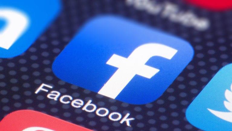 Facebook a început să implementeze dark mode pe smartphone-uri