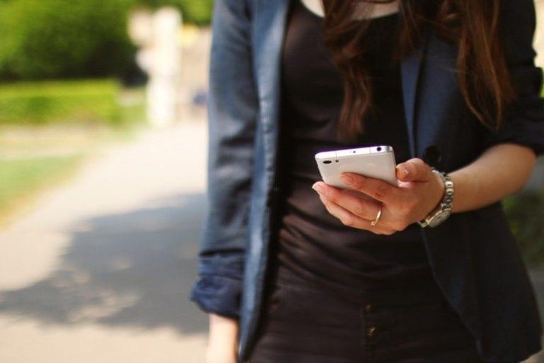 Utilizarea telefoanelor mobile în timpul mersului în zone publice, interzisă într-un oraș din Japonia