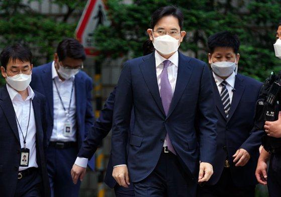 Jay Y. Lee, vicepreşedintele gigantului Samsung, a fost condamnat la doi ani şi jumătate de închisoare după ce a mituit preşedintele Coreei de Sud