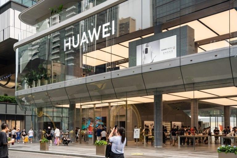 Ultimele lovituri ale lui Trump: SUA interzice Intel şi altor companii să-şi mai vândă produsele către Huawei