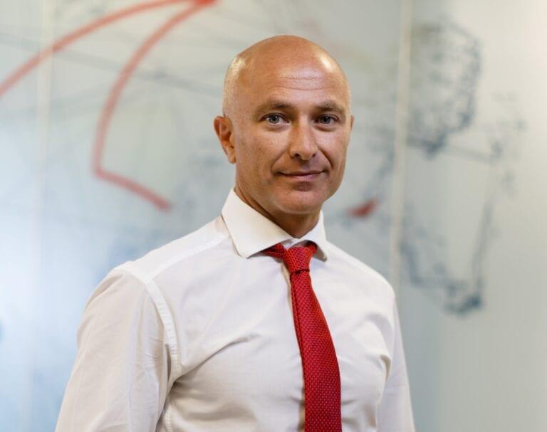 Vodafone numeşte un nou şef pentru România: Achilleas Kanaris, care conduce în prezent operaţiunile grupului din Albania, o înlocuieşte de la 1 iulie pe Murielle Lorilloux, care preia funcţia de Vodafone Business Unit Director pentru Europa, Turcia şi Egipt