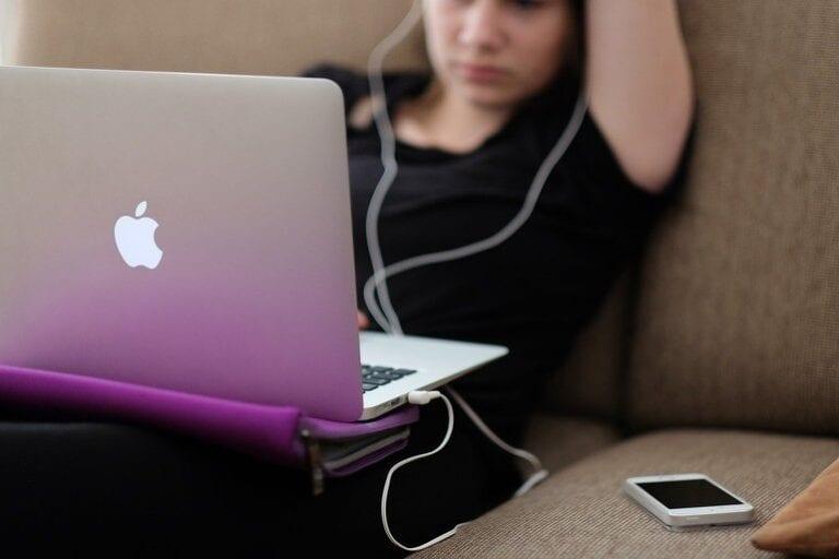 UE acuză Apple că distorsionează concurența pe piața streamingului muzical, dând dreptate Spotify