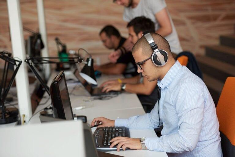 """Economia României se salvează prin IT: Unu din zece angajaţi din Bucureşti, Cluj şi Iaşi lucrează în IT&C. """"Estimez că în trei ani numărul de angajaţi din sectorul IT din oraşele mari o să se dubleze."""""""