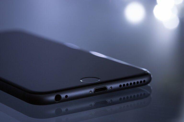 Vânzările de iPhone-uri ale Apple au crescut cu aproape 50% în trimestrul trei, depășind cu mult așteptările analiștilor
